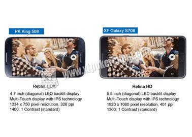 Tejas los sostiene juego que juega en analizador del póker del Samsung Galaxy Note 7